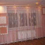 Оформление окна шторами в зале