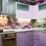 Фиолетовая кухня вместе с нежными фотообоями
