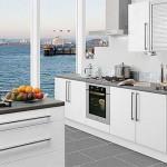 Интерьер кухни с фотообоями - море