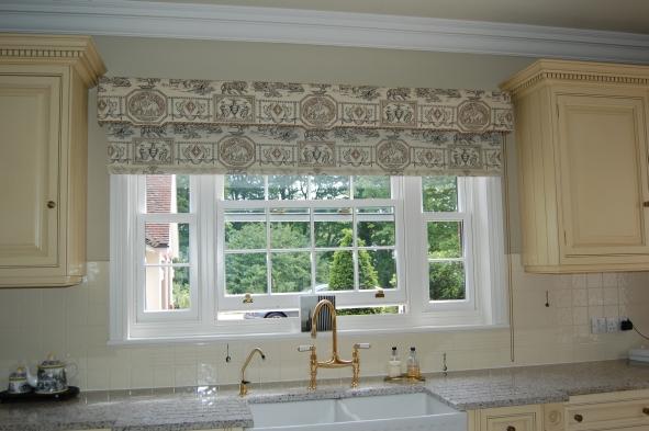 Оригинальные римские шторы на кухню
