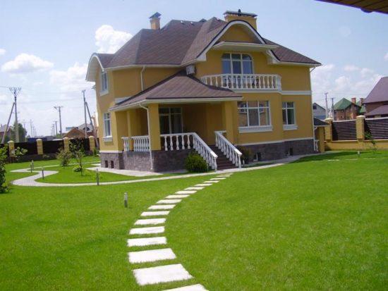дом с ухоженным газоном