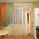 Яркие шторы для кухни с балконом